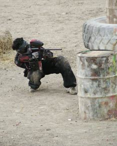 Paintball USA - Player leaning around cover